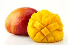 成熟,水多和开胃芒果和它的零件特写镜头 免版税库存图片