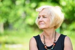 成熟,白肤金发的妇女 免版税库存图片