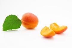 成熟,水多和开胃杏子结果实与绿色叶子 库存照片