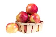 成熟,水多的苹果在篮子放置 减重的维生素饮食 免版税库存照片
