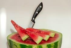 成熟,水多的西瓜和一些个切片西瓜 健康 免版税图库摄影