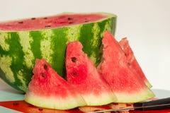 成熟,水多的西瓜和一些个切片西瓜 健康 免版税库存图片