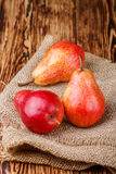 成熟水多的有机红色梨 库存照片