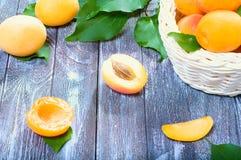 成熟水多的杏子 库存图片