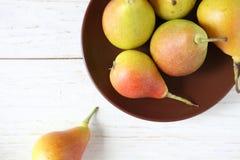 成熟水多的梨和黏土板材 库存照片
