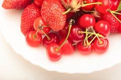 成熟水多的樱桃和莓果 库存照片