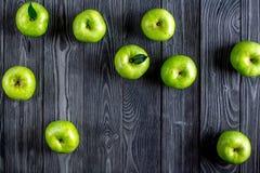 成熟绿色文本的苹果黑暗的木桌背景顶视图空间 库存图片