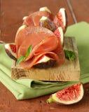 成熟紫色无花果用熏制的火腿-传统开胃小菜 库存图片