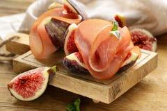 成熟紫色无花果用熏制的火腿-传统开胃小菜 图库摄影