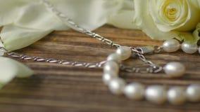 成珠状与银的jewelery在老葡萄酒桌上 4K移动式摄影车射击 影视素材