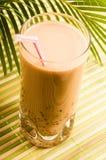 成珠状在白色的牛奶饮料。 泡影茶 图库摄影