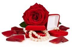 成珠状项链和耳环在一个红色礼物盒有玫瑰和瓣的 库存图片