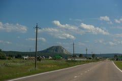 成珠状巴什科尔托斯坦共和国- Toratau的路,台铁Tau 库存照片