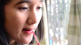 组成生活方式泰国妇女用途唇膏,嘴唇光泽 影视素材