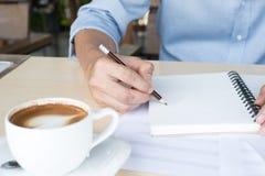组成的音乐注意顶视图用手文字咖啡和蓝色 库存照片