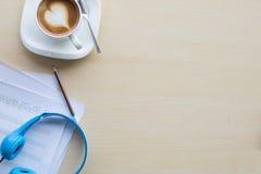 组成的音乐注意顶视图用手文字咖啡和蓝色 库存图片