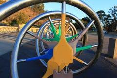 成螺旋形上升的不锈钢和颜色木管子在操场 免版税库存照片