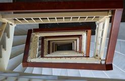 成螺旋形的看法与大理石步的几何楼梯,木镭 免版税库存照片