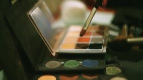 组成设计师投入刷子在棕色明亮的眼影 专业化妆用品 beauvoir 妇女 镜子 影视素材