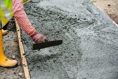 成水平湿混凝土的工作者 免版税库存照片