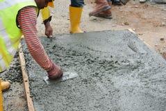 成水平湿混凝土的工作者 免版税图库摄影