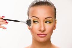 组成 有爱好者刷子的布朗光滑头发美丽的妇女接近眼睛 库存图片