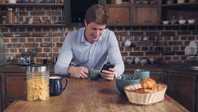 成年男性保存设备送在公寓的电子邮件 股票视频