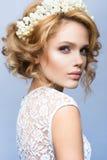 组成 美好的妇女模型魅力画象与新构成和浪漫波浪发型的 免版税库存图片