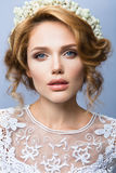 组成 美好的妇女模型魅力画象与新构成和浪漫波浪发型的 免版税图库摄影