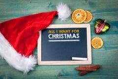 我为圣诞节要的所有 背景上色节假日红色黄色 装饰品和装饰在一张木桌上 免版税库存图片