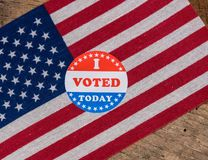 我今天投票了在美国旗子和农村木桌的纸贴纸 免版税库存图片
