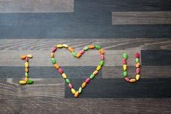 我从五颜六色的米U做的心脏在一个灰色厨房与相反 库存照片