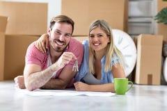 我们做了它,把握关键的成功夫妇在那里新的公寓 库存照片