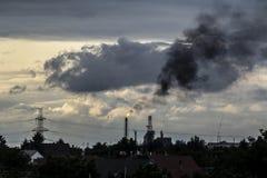 我们可以做什么反对工厂空气污染? 库存图片