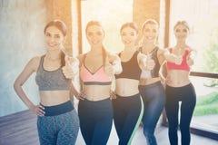 我们喜欢健康运动的生活!五个热的夫人在时髦体育ou中 库存照片