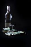 我们在酒精上花的货币 免版税库存图片