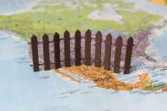 我们墨西哥边界墙壁的概念如建议由美国总统唐纳德・川普 免版税库存照片