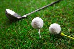 我们播放高尔夫球一回合在草的 免版税库存图片