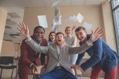 我们是优胜者 获得的商人乐趣,当赛跑在办公室椅子时 免版税库存图片