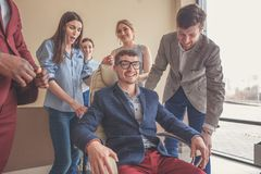我们是优胜者 获得的商人乐趣,当赛跑在办公室椅子时 图库摄影