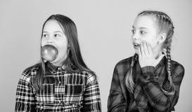 我们是在健康饮食 健康节食和维生素营养 女朋友吃苹果快餐,当放松时 学校 图库摄影