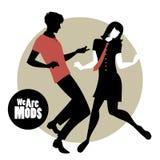 我们是Mods 穿在20世纪60年代Mod样式跳舞的夫妇剪影减速火箭的衣裳 向量例证