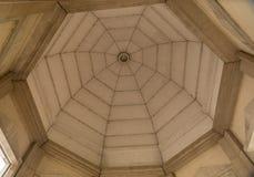 我们的和平的夫人大教堂的庭院的看法与落日的对西部 库存图片