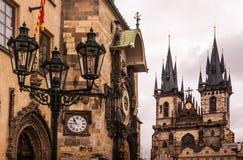 我们的在Tyn前的夫人钟楼和教会在老镇布拉格 免版税库存照片
