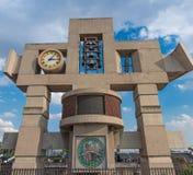 我们的夫人瓜达卢佩河大教堂的钟楼和时钟在墨西哥城 库存照片
