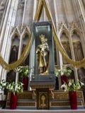我们的夫人Cause我们的喜悦在通厄伦大教堂,Onze辛迪里夫Vrouwe Basiliek安特卫普雕象在最旧的镇  免版税库存照片