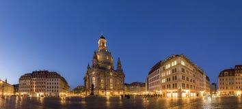 我们的夫人Neumarkt广场和Frauenkirche教会的长的曝光在德累斯顿在清楚的夜,有unrecogniza的城市广场 免版税库存照片