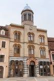 我们的委员会市场正方形的夫人圣洁困教会的大厦在老镇布拉索夫在罗马尼亚 免版税库存图片