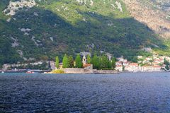 我们的岩石和圣乔治海岛的夫人在博卡队科托尔海湾博卡队Kotorska,黑山岸的Perast  库存照片