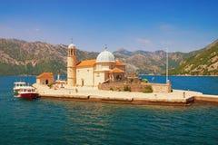 我们的岩石Gospa od Skrpjela的夫人海岛  海湾kotor montenegro 图库摄影